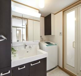 シックな雰囲気の洗面スペース