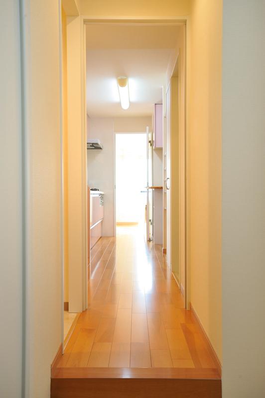 住空間を一直線に貫く廊下。