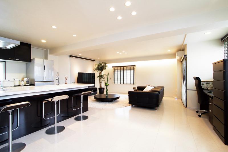 キッチンやバスルームを備えたスタイリッシュな生活空間に