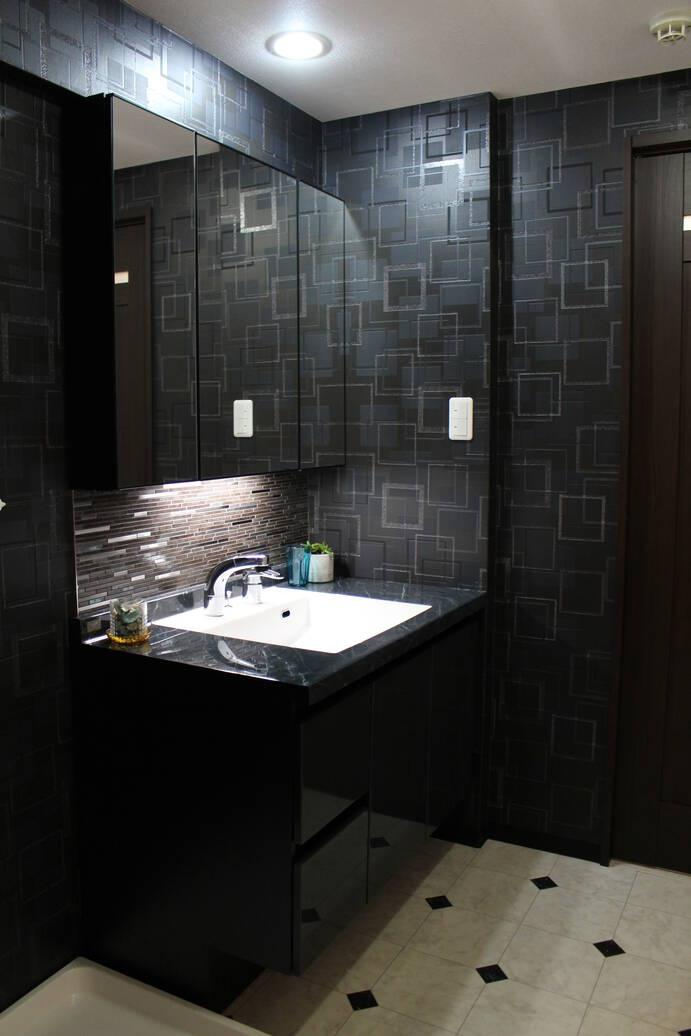 ブラック調の洗面室