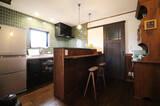 深い緑が映えるキッチン