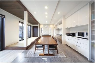 家事もしやすいアイランドキッチンの明るく開放的なLDKに
