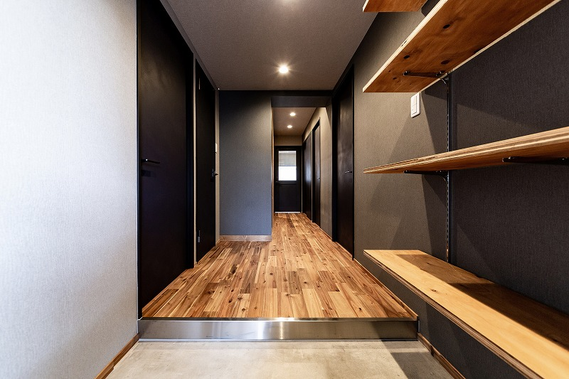 全体のデザインと統一感のある廊下