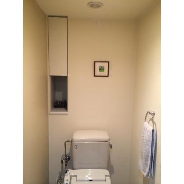 シンプルな木調扉で落ち着くトイレに