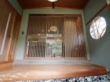格子と丸窓が出迎える家
