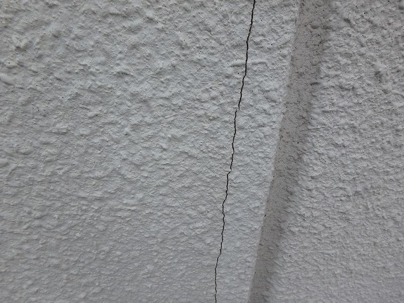 ひび割れが目立つALCの外壁塗装