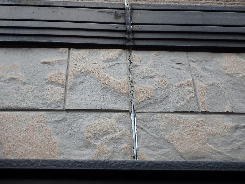 白系ツートン外壁塗装で素敵な仕上がりに