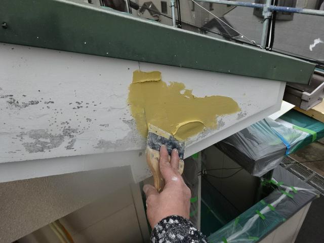 色褪せたスレート屋根塗装と剝がれた破風板補修