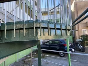Hマンション 錆びついた階段を綺麗に塗装