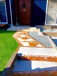 爽やかな印象の庭を持つ住宅