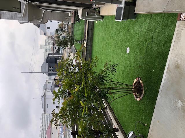 幼子が遊べる人工芝の「お庭」と木樹脂フェンス