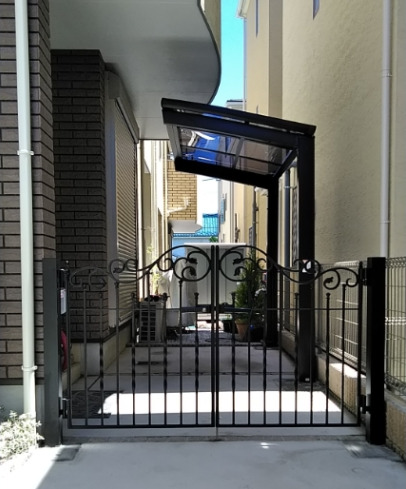 殺風景なエントランスに門扉とサークルボードを設置