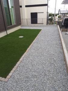 砂利を敷きこむことにより雑草が生えにくいお庭に