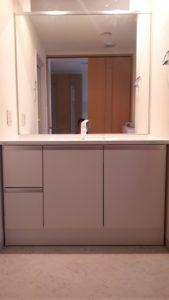 シンプルなデザインの洗面台にリフォーム