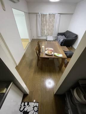 白を貴重とした明るい家。遊び心のアクセントが際立つデザイン。