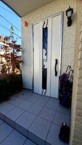 シンプルなデザインの玄関ドアに交換