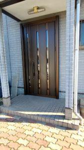 ガラス割れしていた玄関ドアを交換