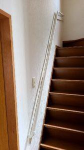 急な階段を安全に上り下りできるよう手すりを取り付け