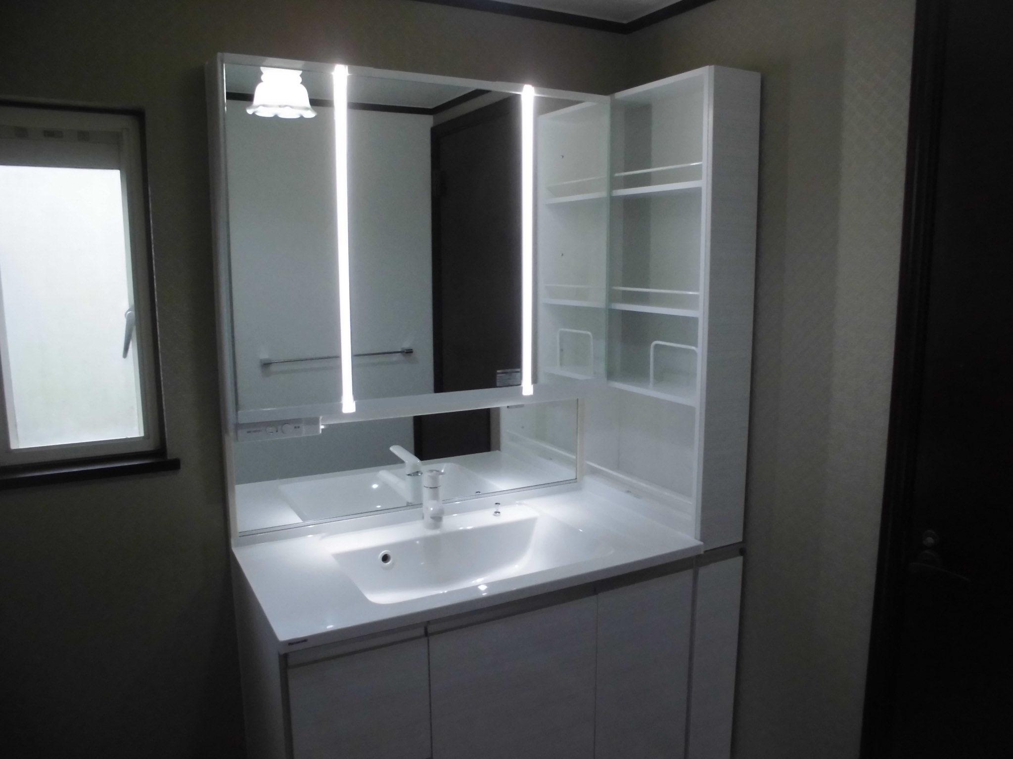 LED縦ストライプ照明機能付きの洗面台を設置