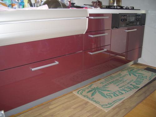 品のある赤いキッチン
