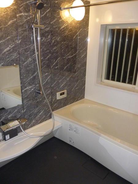 落ち着いた雰囲気の広々浴室空間