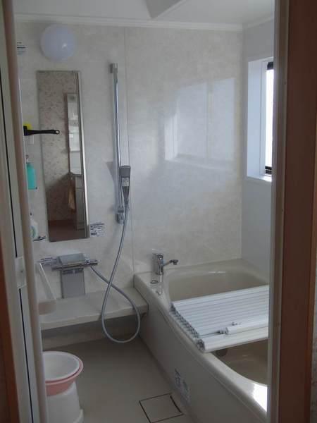 清潔感あふれる安らぎの浴室空間