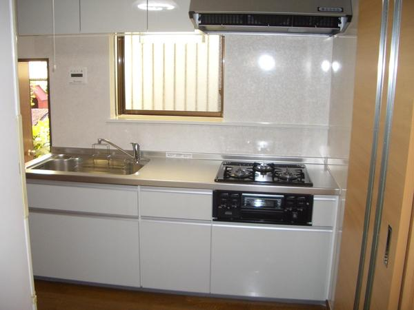 明るく清潔感のあるキッチン空間