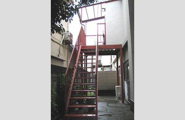 2階を一部増築して外階段を設置【エクステリア】