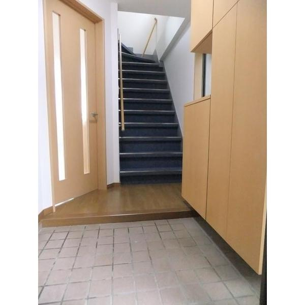 玄関から見えるオシャレな階段