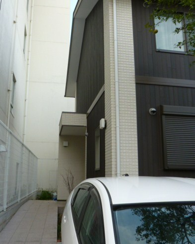 玄関のアプローチは石張りのスロープ