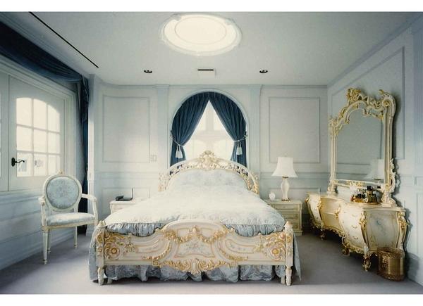 ヨーロッパクラッシック家具に合わせたゴージャスな寝室