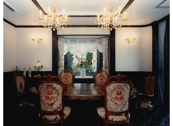 シャンデリアとクラッシック家具で豪華なダイニングルーム