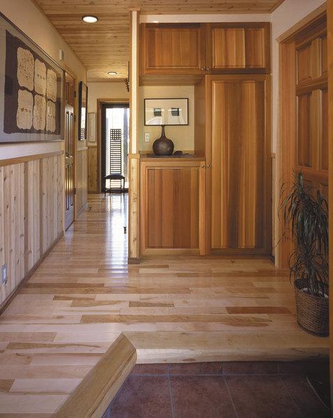 無垢材の天井、腰、家具、建具の廊下