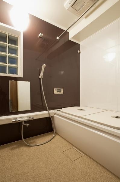 くつろげるバスタイムを提供する浴室