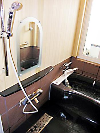 重厚感ある大人な浴室