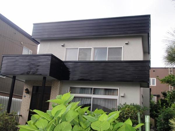 黒色屋根でモダンな雰囲気に