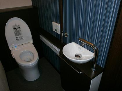 黒でお洒落なトイレ