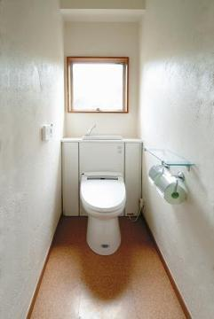 コルク床のトイレ