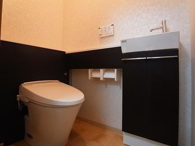 モノトーン調のおしゃれなトイレ