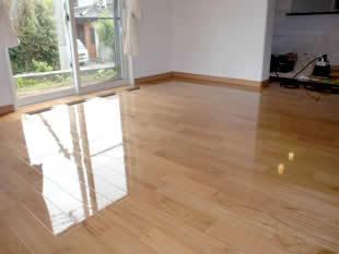 反射するほど艶のある床