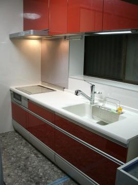 印象的な赤いシステムキッチン