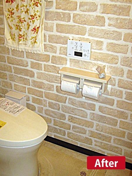 レンガ風の壁紙が可愛いトイレ
