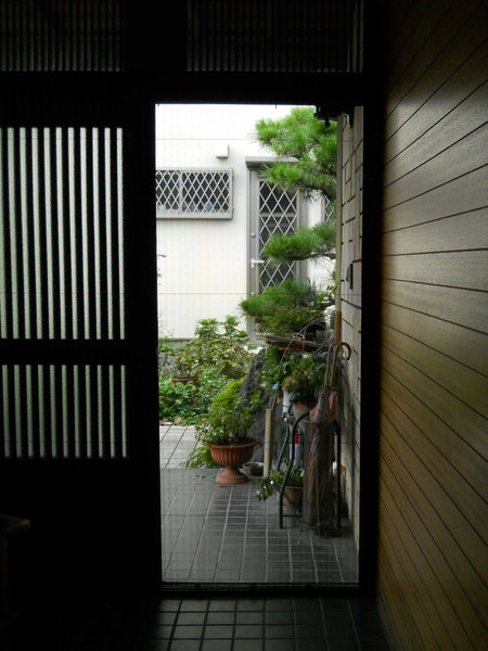 玄関網戸の取り付けで風通し良く