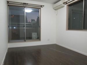 間仕切り壁と内装ドアで二部屋に