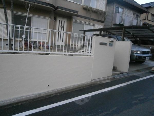 ひび割れた塀の補修工事