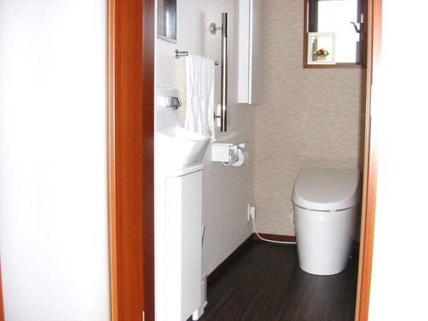 自動洗浄のトイレと手洗い器