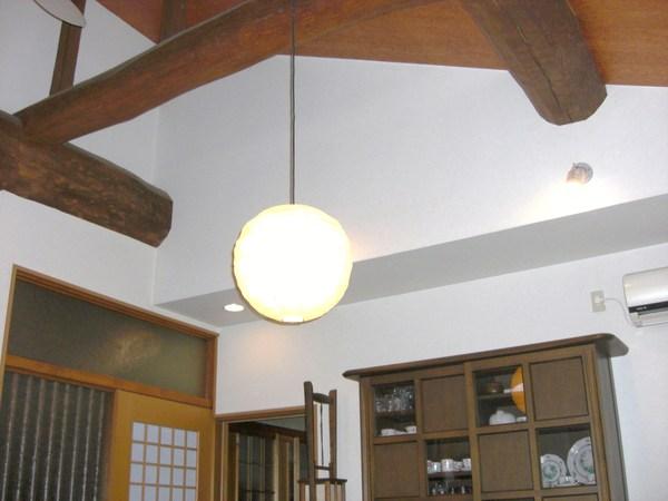 天井に隠れてた大きい梁が顔を出して天然木の温かさ