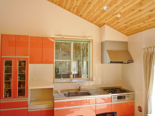 窓を大きく景色を楽しむキッチンに