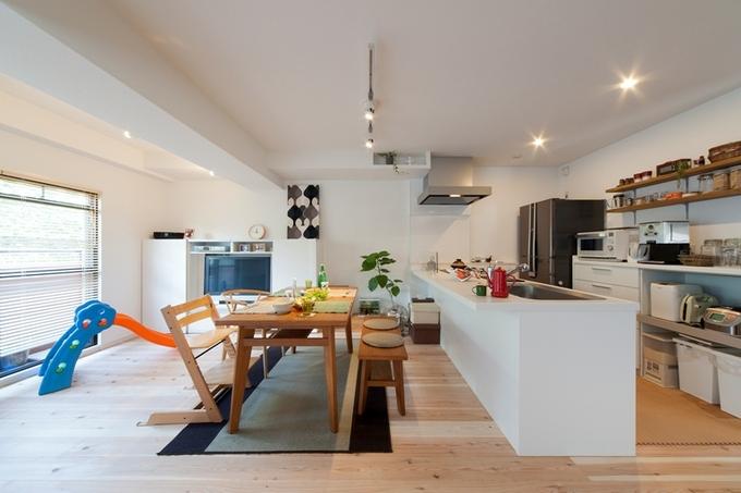 フロアが見渡せるキッチンと杉の無垢床で、自分たちらしく