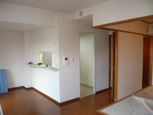 キッチンとリビング・ダイニングが壁で仕切られている状態でした。